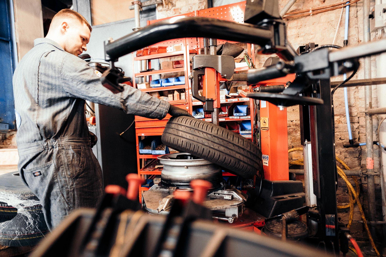 Wir rüsten für Sie auf – neue Reifenmontiermaschine.